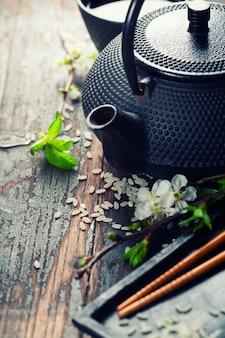 Chinesisches teeservice und essstäbchen