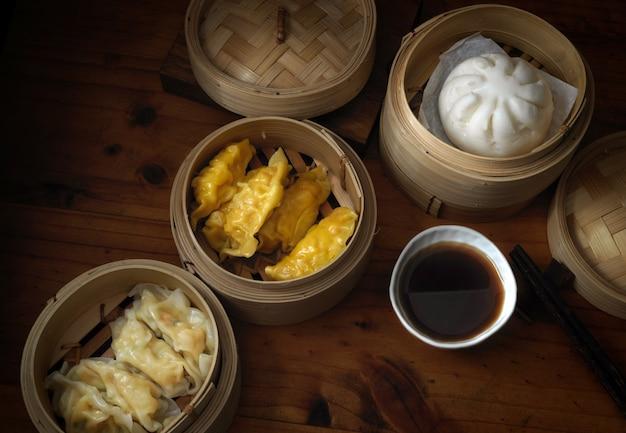 Chinesisches traditionelles essen, gedämpfte knödel, die auf bambussitzer in chinesischen restaurants dienen