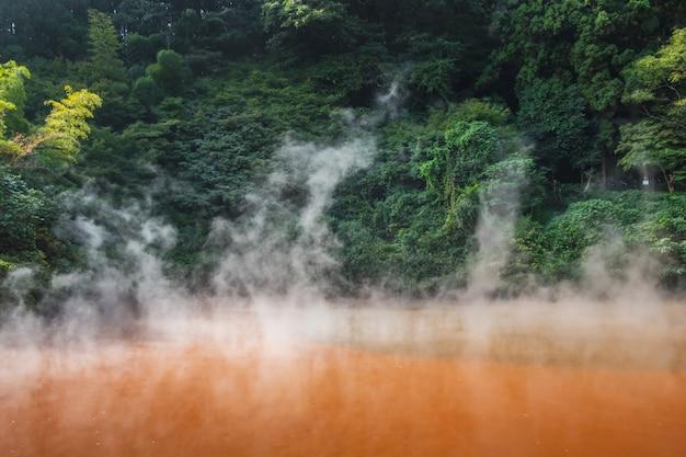 Chinoike jigoku, natürliche heiße quelle, die blutteichhölle, rotes wasser und heiß