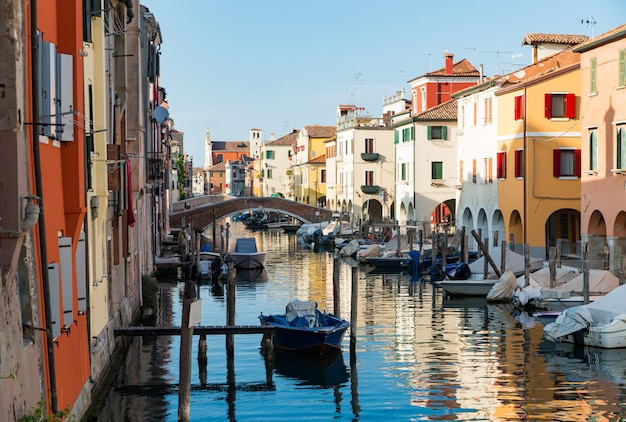 Chioggia, venedig, italien: stadtlandschaft mit kanal, alte brücke, boote
