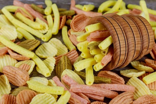 Chips auf einem holztisch käsechiphintergrund