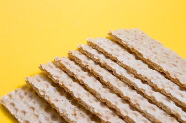 Chips brot auf einem gelben hintergrund kopieren raum