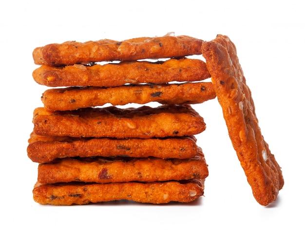 Chips des getrockneten brotes getrennt auf weiß