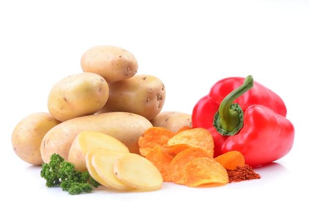 Chips isoliert mit paprikapfeffer und kartoffeln
