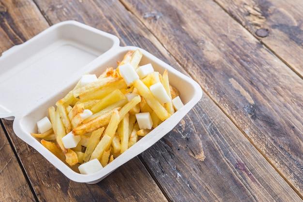 Chips kartoffeln gebraten und mozzarella