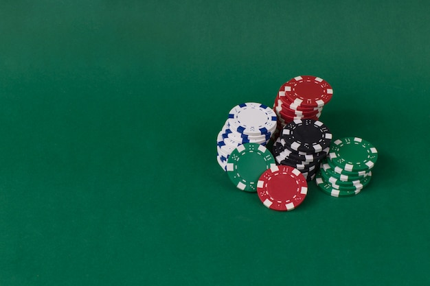 Chips spielen auf einem grünen tisch