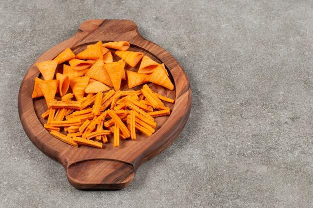 Chips unterschiedlicher form auf holzbrett.