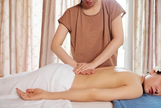 Chiropraktiker macht druckbewegung