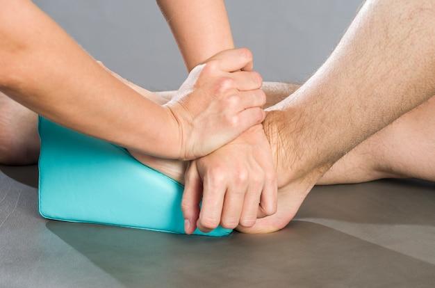 Chiropraktiker / physiotherapeut macht eine fußmassage