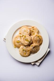 Chirote oder chiroti ist ein süßes gericht aus karnataka und maharashtra. serviert in einem teller als dessert auf festivals oder hochzeiten. selektiver fokus