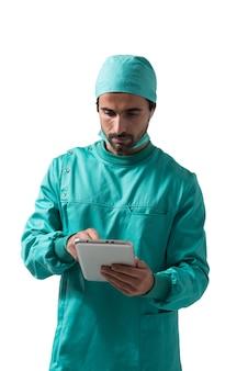 Chirurg, der eine digitale tablette verwendet