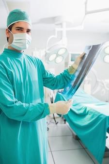 Chirurg, der einen Röntgenstrahl anhält