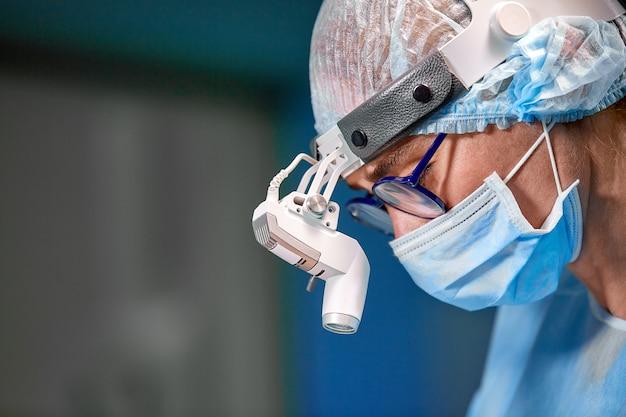 Chirurg, der kosmetische chirurgie im krankenhausoperationsraum durchführt