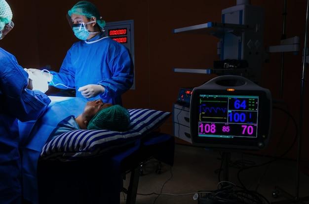 Chirurg des medizinischen teams, das die operation durchführt