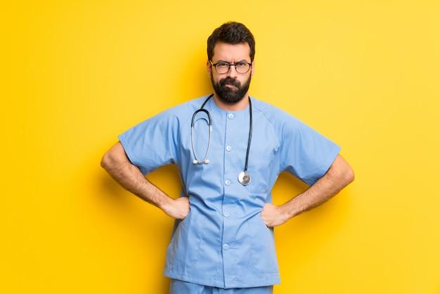 Chirurg doktor mann wütend