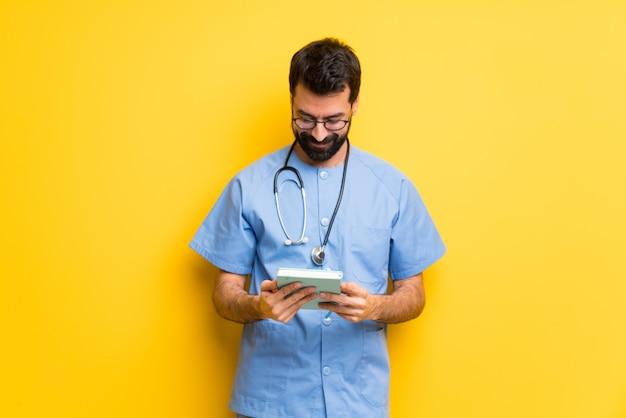 Chirurg doktormann, der ein buch hält und das lesen genießt