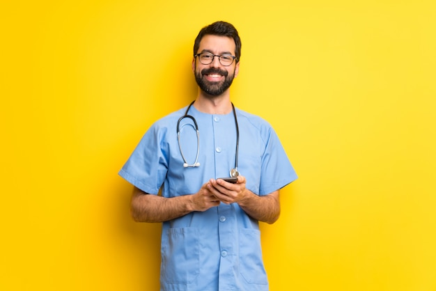 Chirurg doktormann, der eine mitteilung mit dem mobile sendet