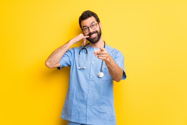 Chirurg doktormann, der telefongeste macht und front zeigt