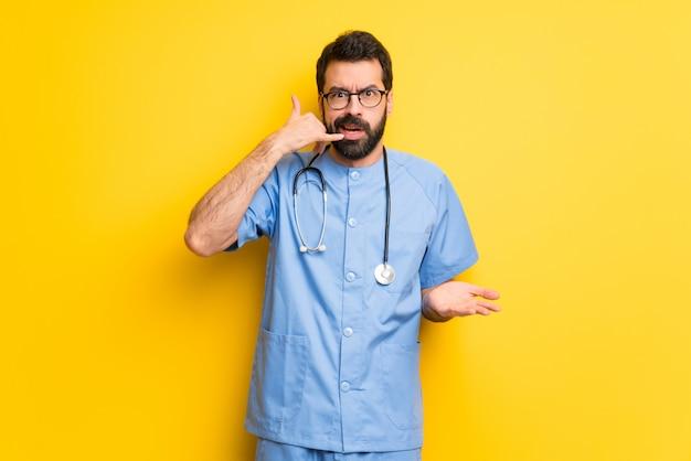 Chirurg doktormann, der telefongeste macht und zweifelt