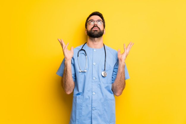 Chirurg doktormann durch eine schlechte situation frustriert