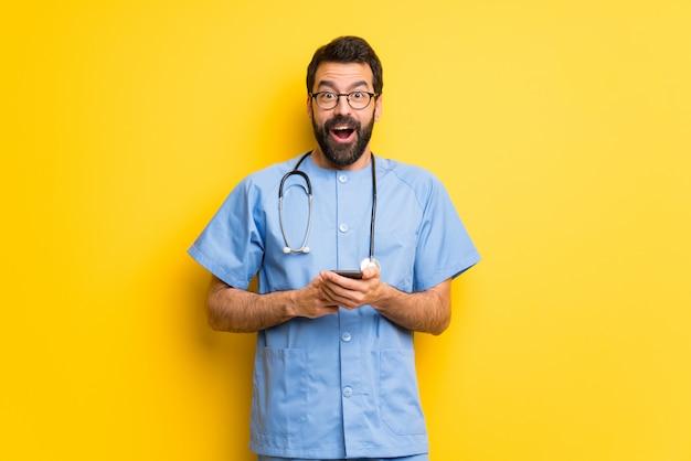 Chirurg doktormann überrascht und eine mitteilung sendend