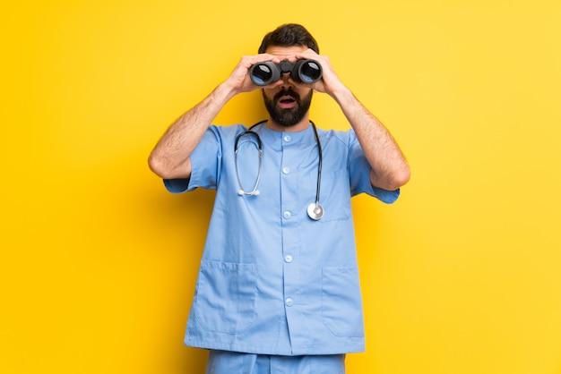 Chirurg doktormann und schauen mit ferngläsern im abstand