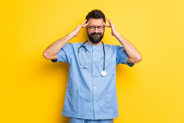Chirurg doktormann unglücklich und mit etwas frustriert