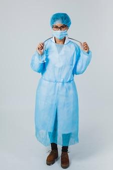 Chirurg posiert mit stethoskop