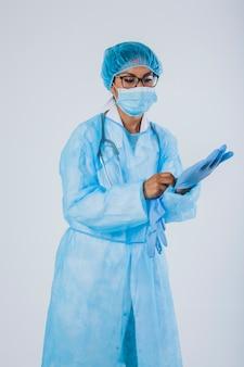 Chirurg tragen handschuhe