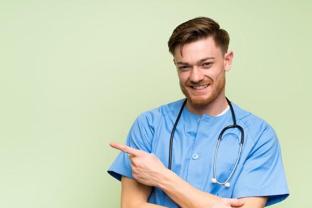 Chirurgdoktormann, der finger auf die seite zeigt