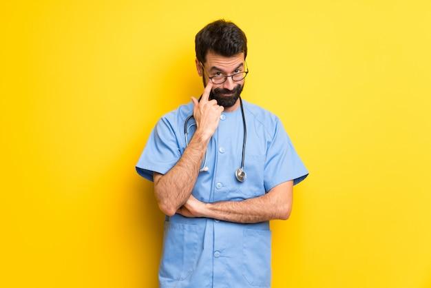 Chirurgdoktormann, der nach vorne schaut