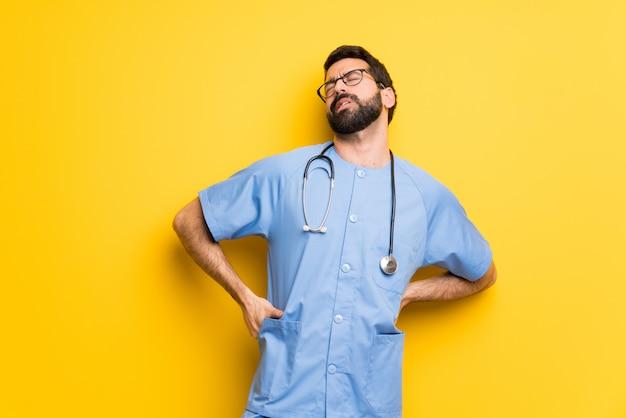 Chirurgdoktormann, der unter rückenschmerzen leidet, weil er sich bemüht hat