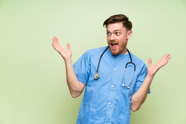 Chirurgdoktormann mit überraschungsgesichtsausdruck