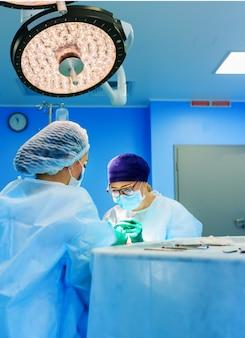 Chirurgen, die einen patienten im operationsraum betreiben