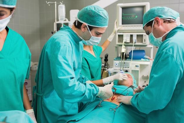 Chirurgen, die mit chirurgischen werkzeugen arbeiten