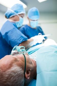 Chirurgen die operation durchführen im operationsraum