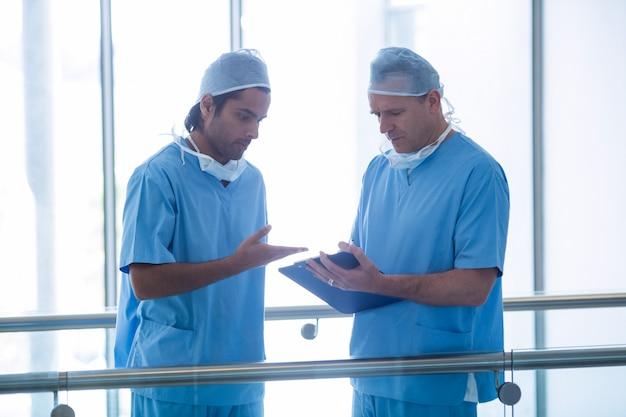 Chirurgen diskutieren über medizinische berichte