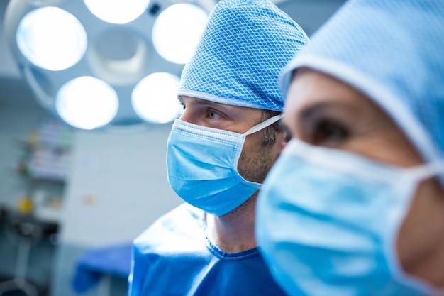 Chirurgen im operationsraum stehen
