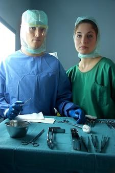 Chirurgen im operationssaal