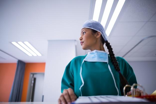 Chirurgin schaut weg