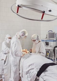 Chirurgische assistentin und krankenschwester verbringen die oberkieferoperation