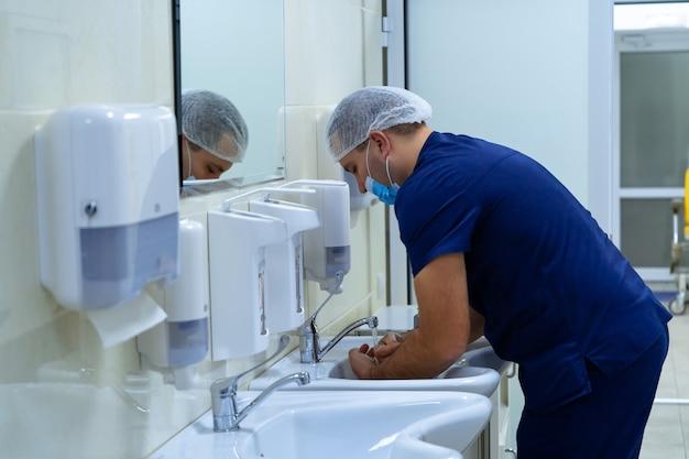 Chirurgische händedesinfektion. der arzt wäscht seine hände, desinfiziert ihre hände vor der operation.
