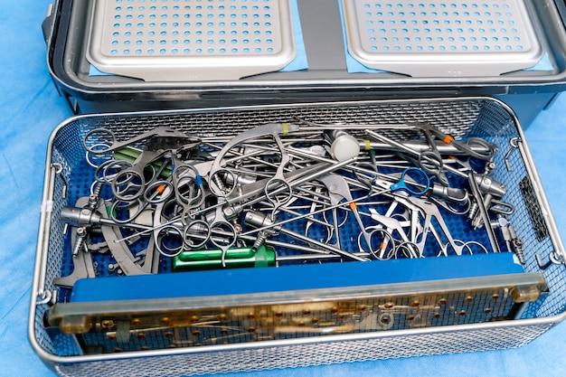 Chirurgische instrumente und werkzeuge im operationssaal. betriebswerkzeuge in medizinischer box. selektiver fokus.