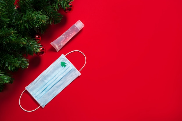 Chirurgische maske desinfektionsgel soziale soziale distanz weihnachtsferien quarantäne ansteckende krankheit coronavirus isoliert