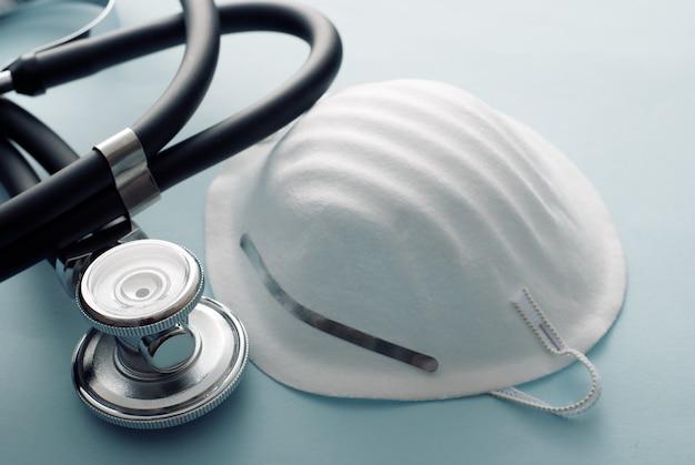 Chirurgische maske mit stethoskop für covid-19