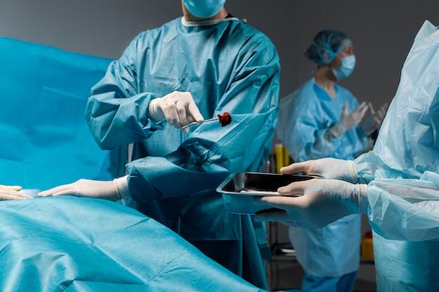 Chirurgischer eingriff durch einen arzt in einer speziellen ausrüstung