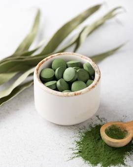 Chlorella pillen und pulver, konzept von superfood und entgiftung
