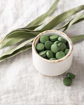 Chlorella-tabletten, konzept von superfood und entgiftung