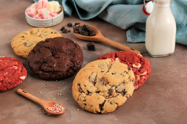 Chocolate chips, red velvet und white chocolate chip cookies, soft cookie, serviert mit milch. konzept rustikale bäckerei