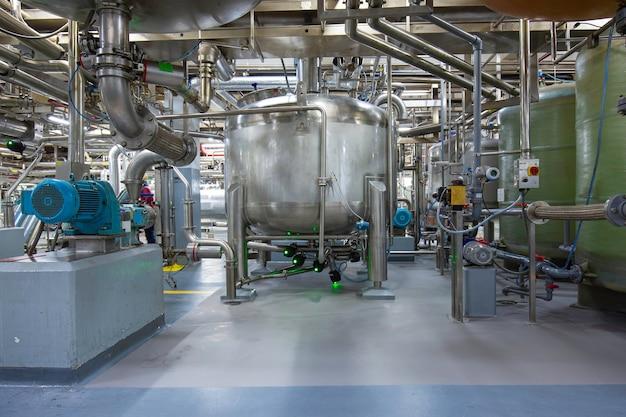 Chonburi thailand - 7. dezember 2020 vertikale edelstahltanks und -rohre mit druckmesser im chemiekeller des ausrüstungstanks bei der reinigung und behandlung von edelstahltanks.